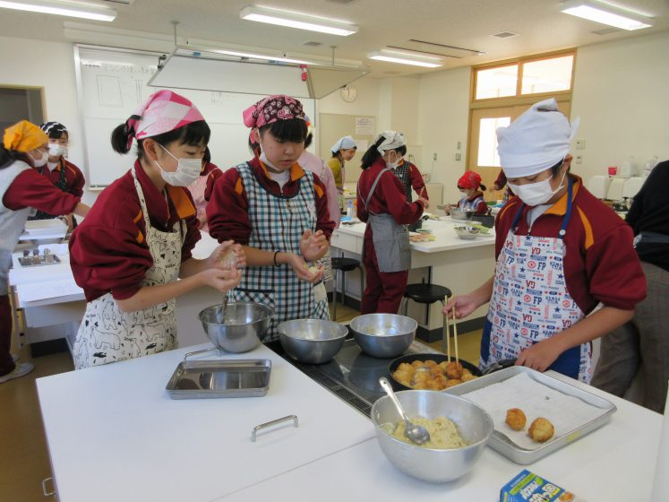 Ninohe middle school students in northern Japan learn how to make food from Gabon, their host town partner