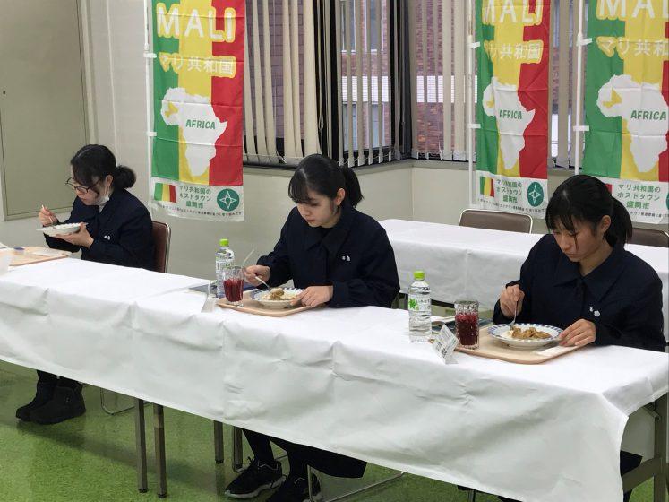 盛岡市の高校生がマリ料理を味わいました